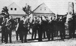 Babouci v Chotýčanech na pouti v padesátých letech